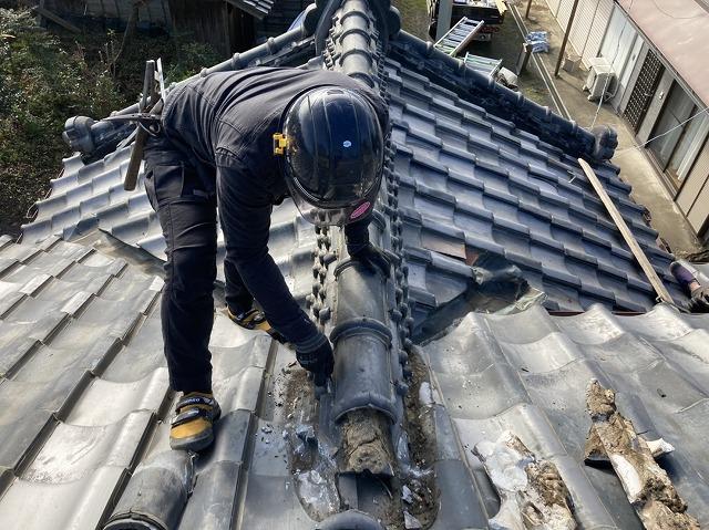 玄関入母屋屋根の主棟の解体に入った職人