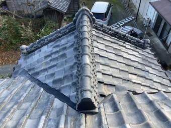 雨漏り改修工事が完了した入母屋玄関屋根風景