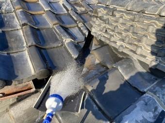 雨漏りテストを実施している入母屋屋根の谷板金部