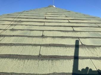 軒先側から見たスレート屋根は勾配がきつい