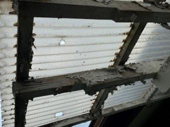 塗装が剥がれささくれ立っているテラス波板の下地