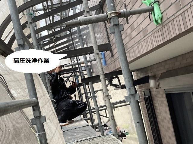 アンチに乗り洗浄作業する塗装職人