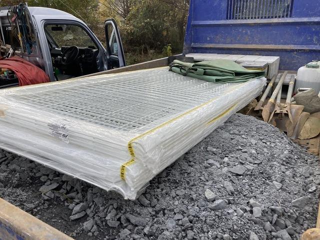 水戸市の外溝フェンスに使用するトラックに積まれた新しいフェンス