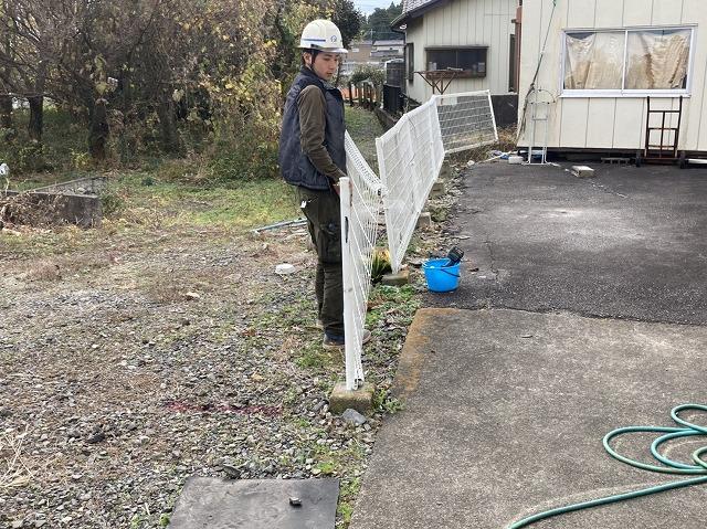 解体した外溝フェンスを外す職人
