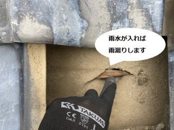 防水シートの亀裂に雨水が入れば雨漏りしてしまう状態