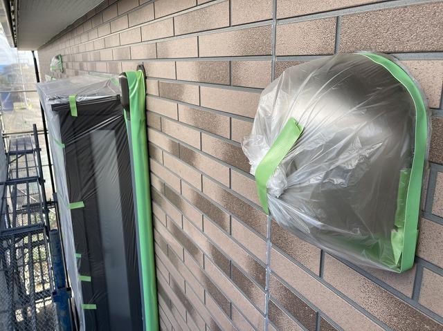 出窓や換気口に養生を施した日立市の塗装現場