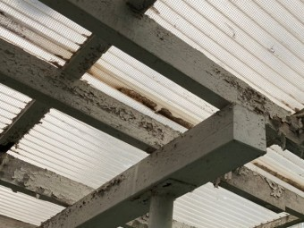 テラス波板の下地は塗装が剥がれ傷みもある