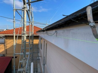 水糸を張り水勾配を確認しながら金具の設置