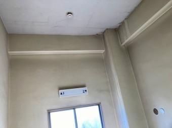 屋上から雨漏りが発生した階段室