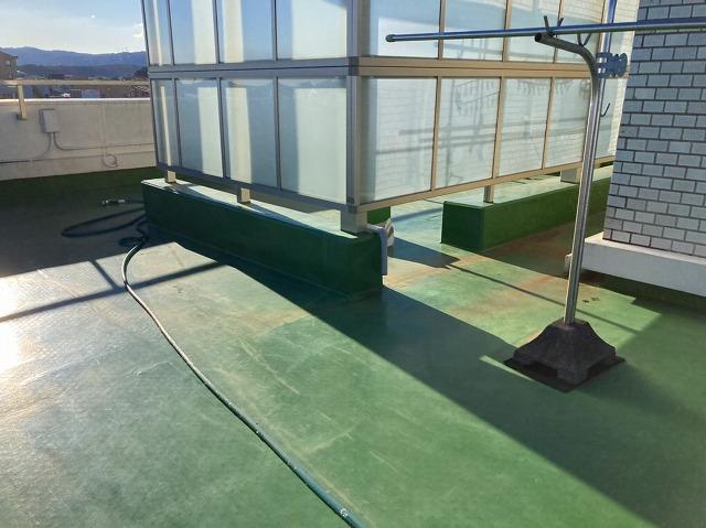 所々劣化が見られる屋上防水