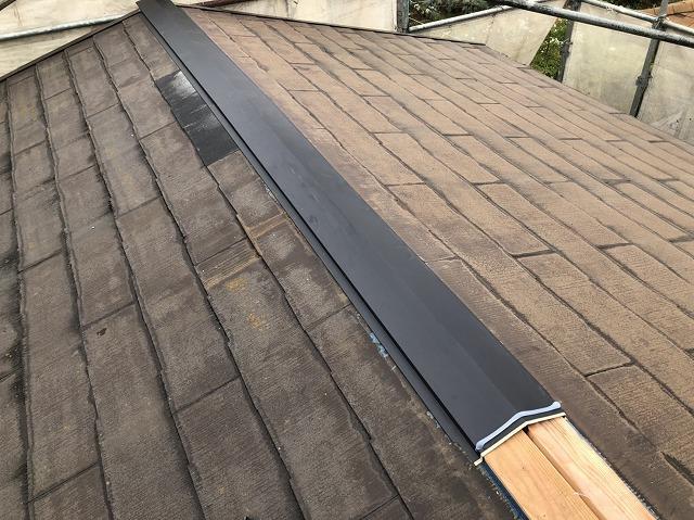 主棟に木製貫板を施工し棟板金を被せている様子