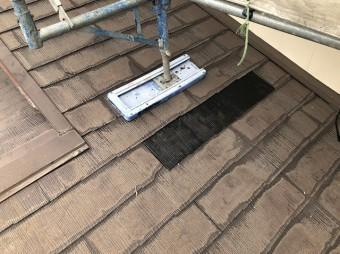 黒のコロニアル材で部分差し替えを行った屋根