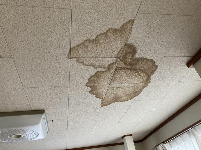 リビングの天井に出来た雨漏り染み