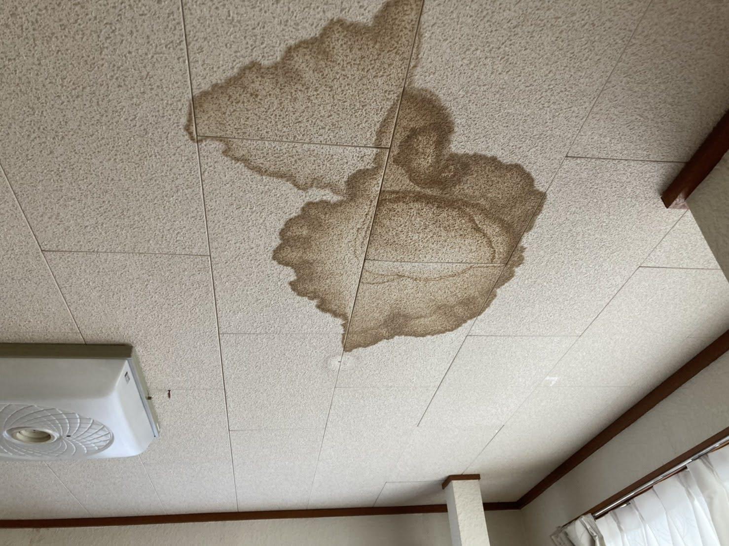 雨染みが色濃く残る、リビングの天井