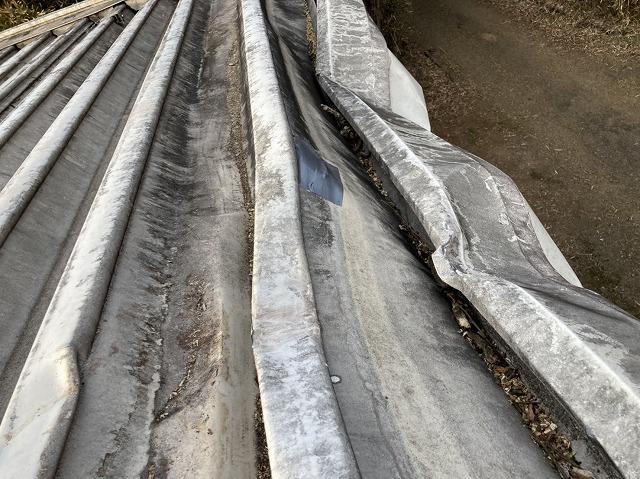 屋根の破損穴を、防水テープで簡易的に微補修