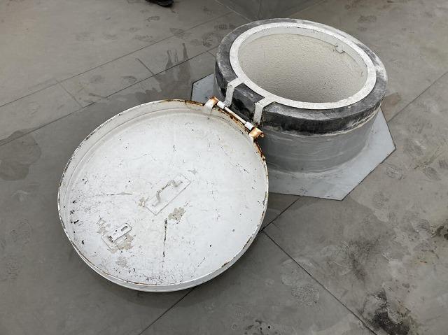 屋上屋根につながるマンホール型の点検口