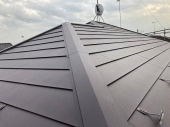 金属屋根の降り棟と大棟