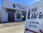 完成した「スペシャルティコーヒー専門店 コーヒーアゴーゴー様」の店舗と看板