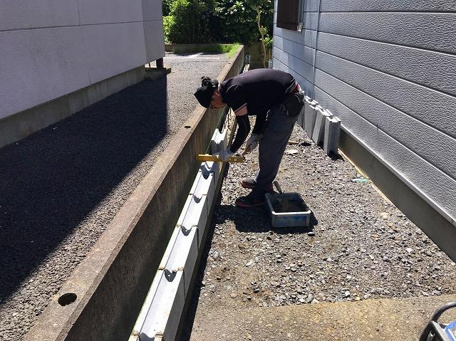 水戸市のフェンス工事でU字ブロックを積んでいます