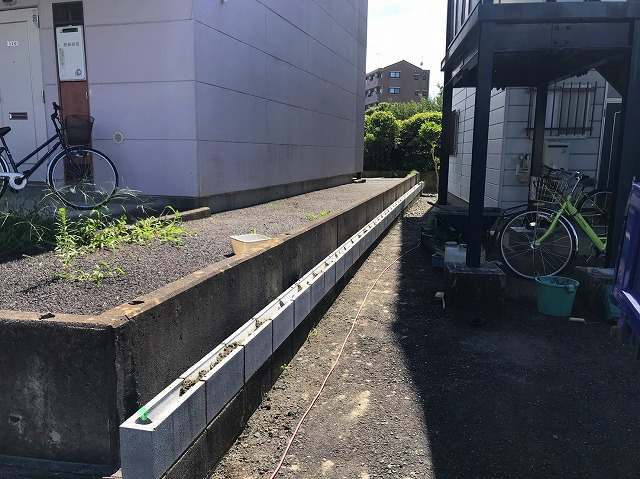 S水戸市のフェンス工事でU字ブロックを積み終わりました