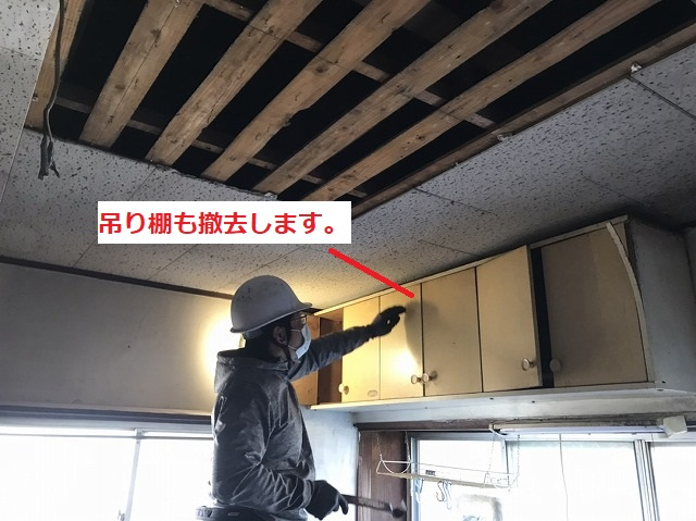 台所の吊り棚を解体する職人