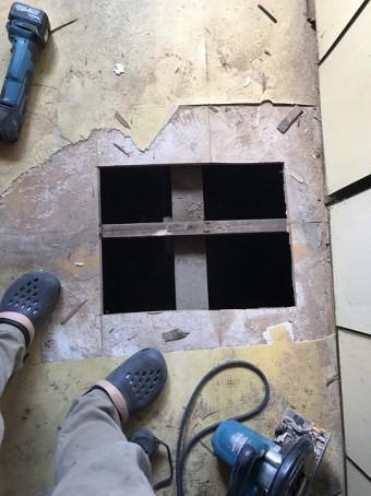 切断した床材部分