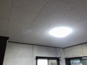 新しく張り直した天井材