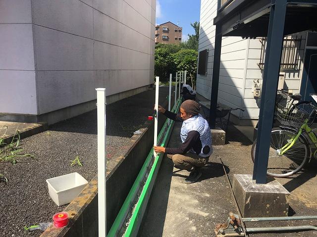 水戸市のフェンス工事でU字ブロックにフェンス柱を建てます