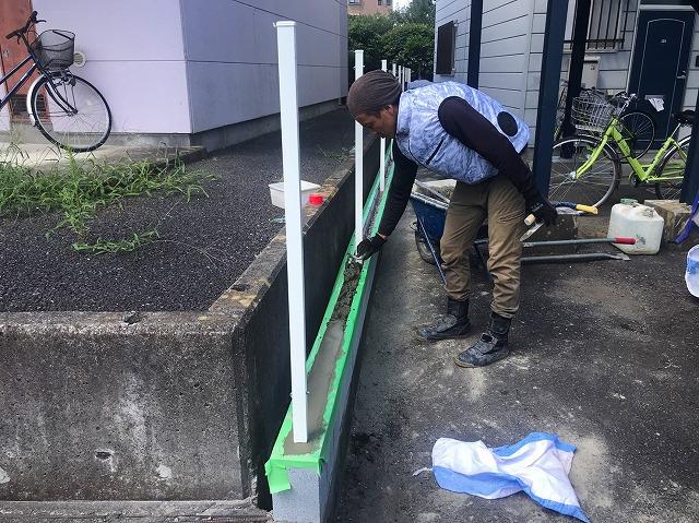 水戸市のフェンス工事でU字ブロックにフェンス柱を建て終わりました