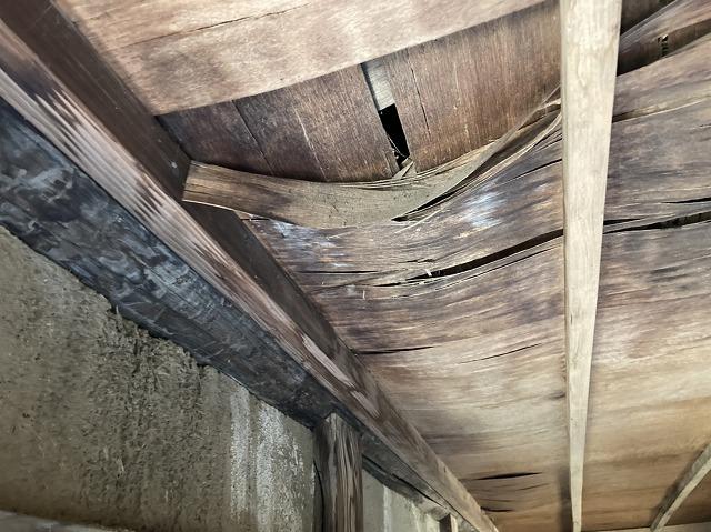 雨漏りが進行して天井材が朽ち果ててしまった状態