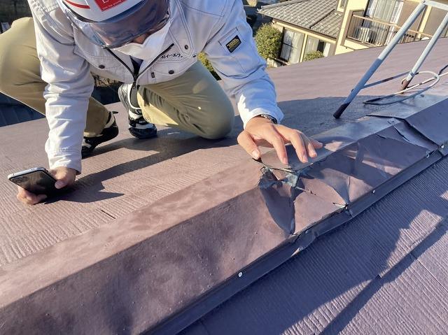 屋根の不具合を確認する調査スタッフ