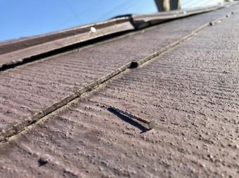 破損した棟板金の劣化して抜けた釘