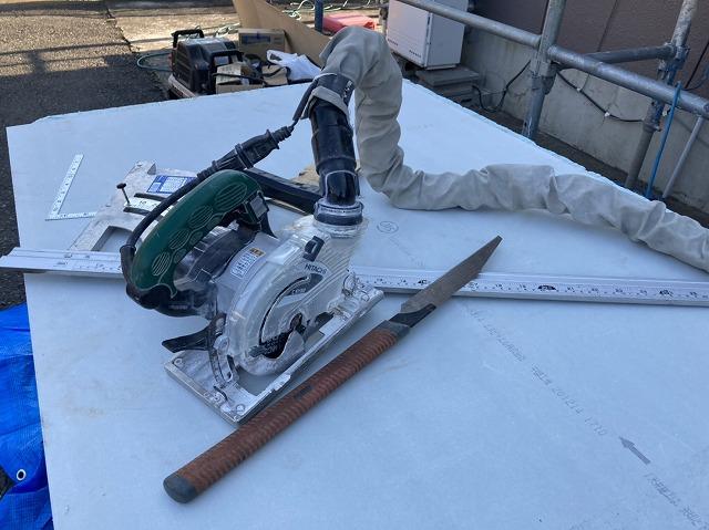 軒天材と切断電動工具