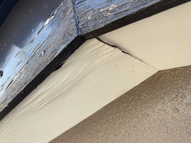 破風板の塗膜が剥がれ、軒天はシワシワになっている