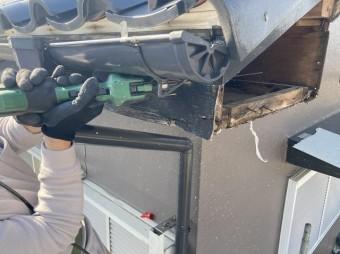 破風板の腐食部を部分的に撤去する職人