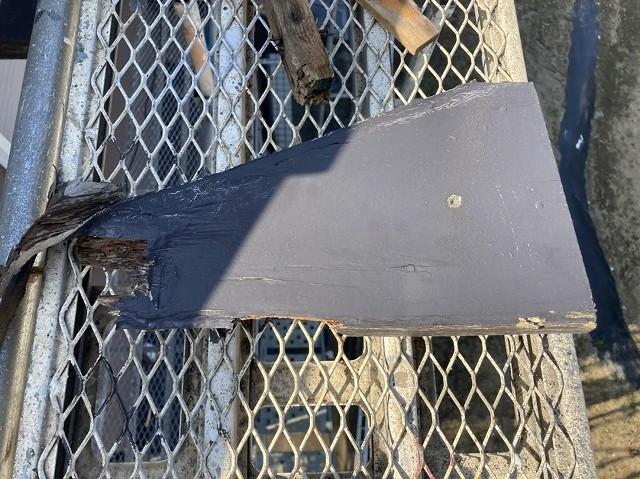 腐食している破風板の破片
