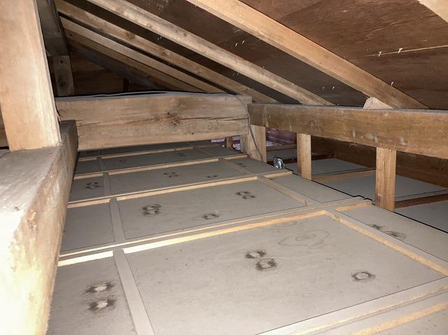 無数に点在する屋根裏の雨漏り跡
