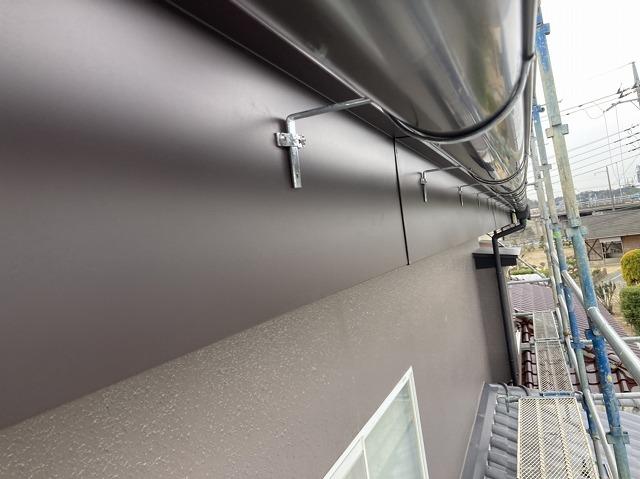 ガルバリウム板金巻きが施され、新しく軒樋の交換も行った水戸市の現場