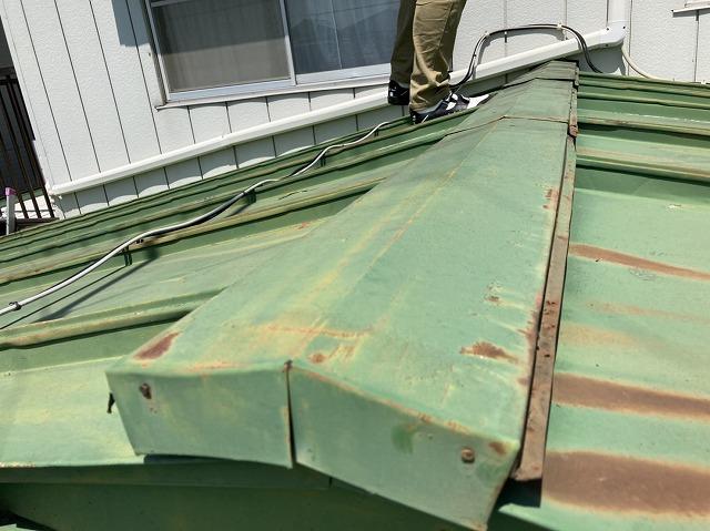 瓦棒葺きトタン屋根の棟をケラバ部から撮影