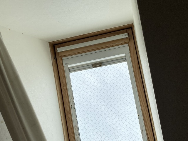 雨漏り修理依頼のあった那珂市の天窓を室内から見上げる