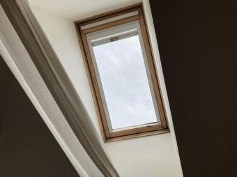 雨漏りしている天窓を室内から見上げる