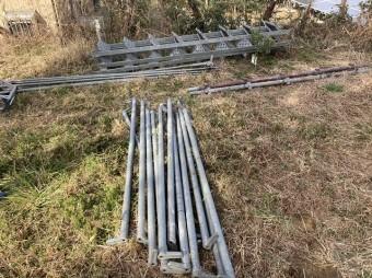 使用する外壁面に足場材を並べて準備する