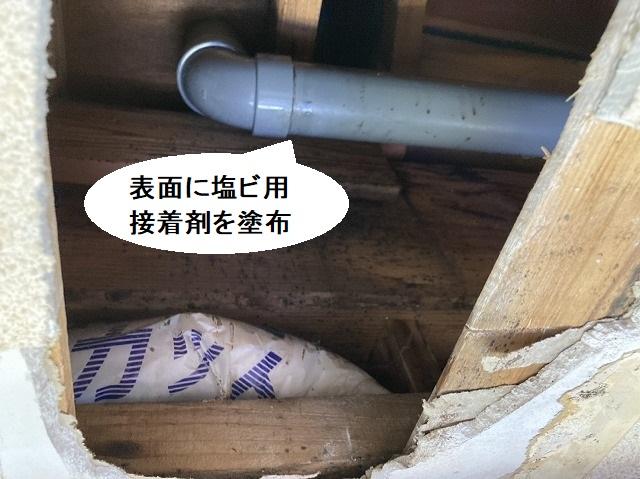 エルボ管の継ぎ目に塩ビ用接着剤を塗布