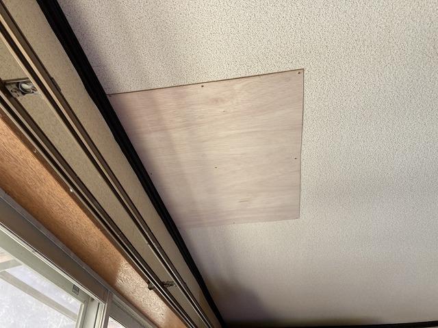 天井の穴あき部にべニア板を施工