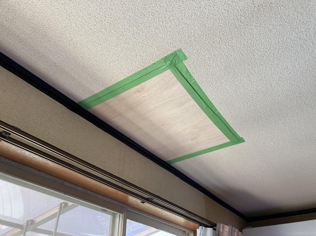 べニア板と天井材に隙間をテープで養生