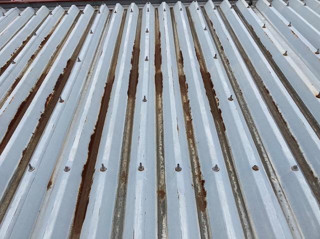 南西方向に錆びが集中している折半屋根