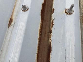 折半屋根の凹み部分に錆びが進行している