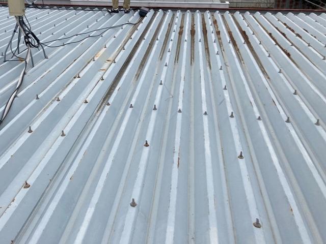 場所によって錆びが進行している折半屋根