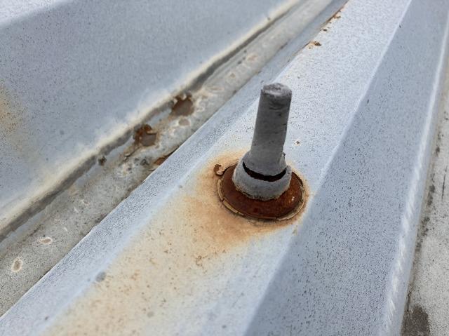 ボルトキャップが破損し、錆びの発生が確認できる