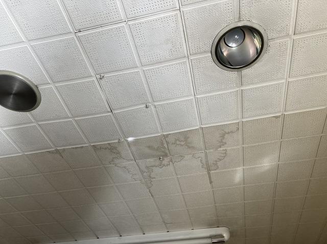 結城市内の貸テナント内の天井の雨染み